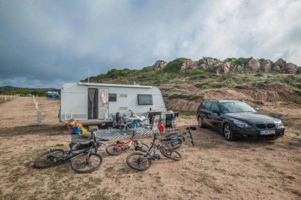 Wohnwagen auf einem Campingplatz mit MTB's und BMW auf La Maddalena