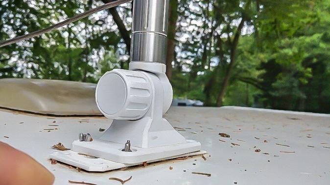 flexible Antenne Halterung auf dem Wohnwagen Dach aus Kuststoff
