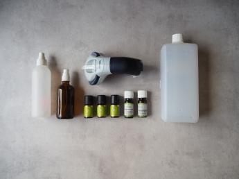alles was zum Mixen von Antimückenspray gebraucht wird, zwei Pumpflaschen, Alkohol, Duftöle und eine Beschriftungsmaschine - erfrischendes Antimückenspray schnell selbst gemixt