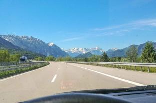 Südfrankreich mit dem Wohnwagen - auf der Autobahn Richtung Garmisch Patenkirchen mit schneebedeckten Bergen