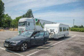 Wohnwagen Gespann mit BMW und LMC Wohnwagen bei einem Zwischenstop auf einem Rastplatz