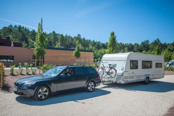 Wohnwagen Gespann mit BMW und LMC Wohnwagen bei der Abfahrt auf einem Campingplatz