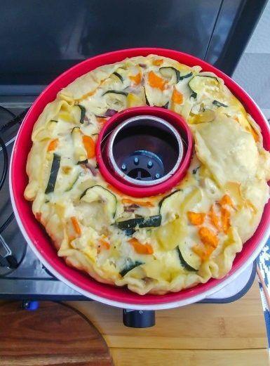 Quiche mit Blätterteig, Käse, Kartoffeln, Karotten und Kurken im Omnia