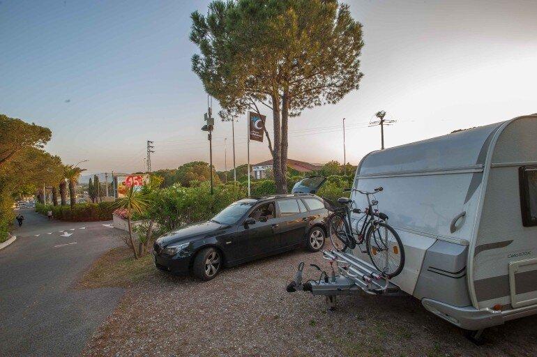 Südfrankreich mit dem Wohnwagen - Wohnwagen Gespann auf einem Stellplatz vom Camping Les Cigales für eine Zwischenübernachtung