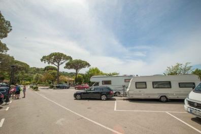 Camping Les Tournels - Ankuft mit dem Wohnwagen Gespann auf dem Parkplatz vor dem Check-in