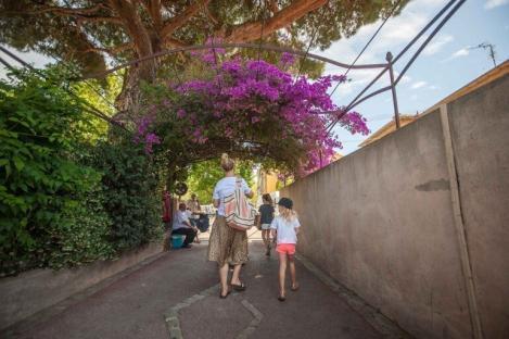 auf dem Weg vom Parkhaus zum Wochenmarkt von Saint Tropez