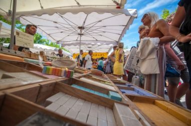 Wochenmarkt von Saint Tropez am Seifen Stand mit Verkäufer
