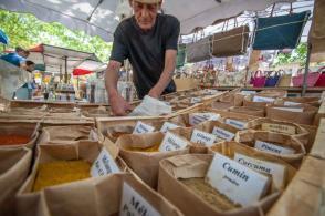 Wochenmarkt von Saint Tropez am Gewürz Stand mit Verkäufer