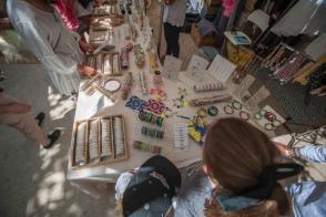 Wochenmarkt von Saint Tropez Kinder suchen sich Schmuck auf einem Tisch aus