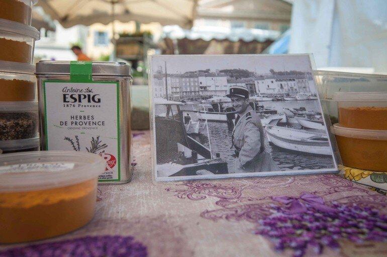 Wochenmarkt von Saint Tropez - Lavendel Stand mit Postkarte von Louis de Funès und Espig