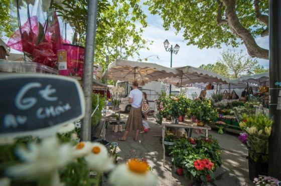 Wochenmarkt von Saint Tropez mit Personen am Blumen Stand