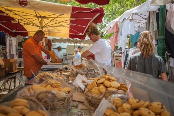 Wochenmarkt von Saint Tropez am Keks Stand