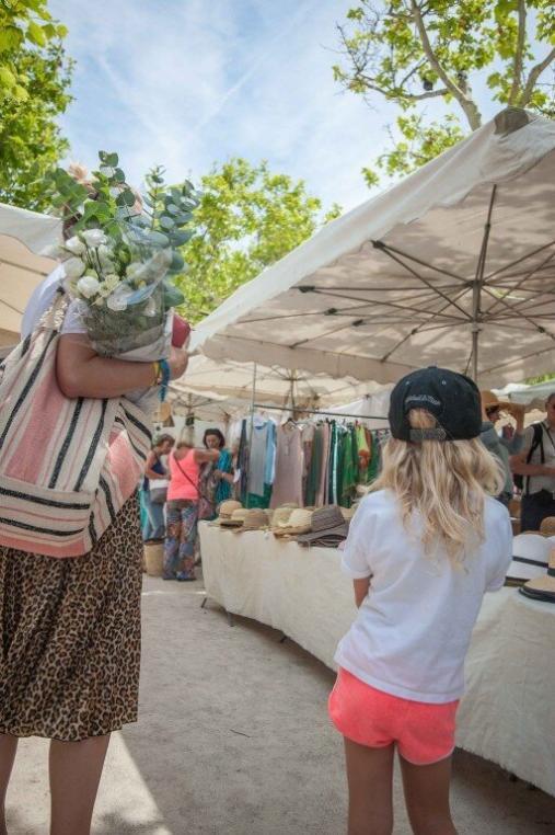 Wochenmarkt von Saint Tropez im Sommer mit Personen und Blumenstrauß
