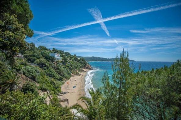 Plage de l'Escalet - Felsenküste, türkises Wasser und Palmen