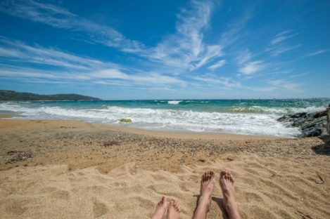 Nähe Saint Tropez - Felsenküste, türkises Wasser, Wellen und Kinderfüße
