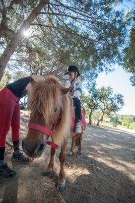 Kinder beim Reiten auf einem Pony