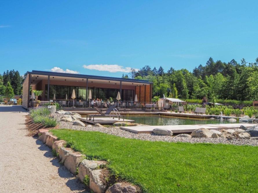 Natur Pool mit Restaurant auf dem Campingplatz Montiggl