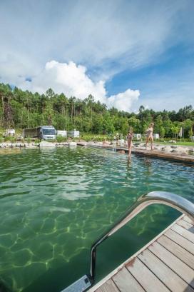 Poolbereich und Einstieg in den Pool vom Campingplatz Montiggl