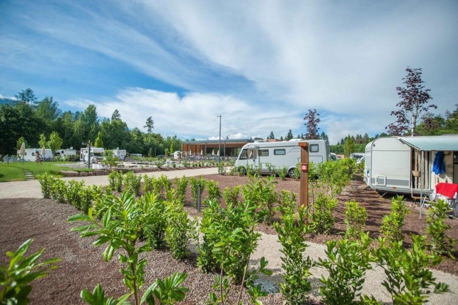 Stellplätze und Restaurant auf dem Campingplatz Montiggl