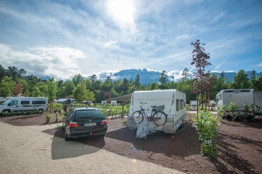 Wohnwagen mit Zugfahrzeug auf einem Stellplatz auf dem Campingplatz Montiggl
