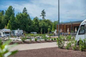 Stellplätze, Restaurant und Poolbereich vom Campingplatz Montiggl