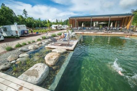 Köpper in den Pool vom Campingplatz Montiggl