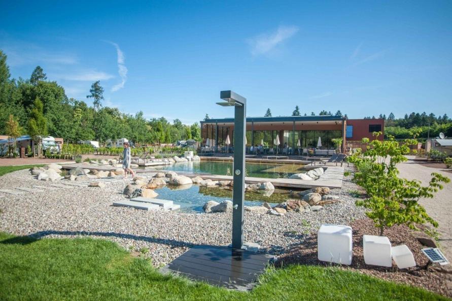 Außendusche, Poolbereich und Restaurant auf dem Campingplatz Montiggl
