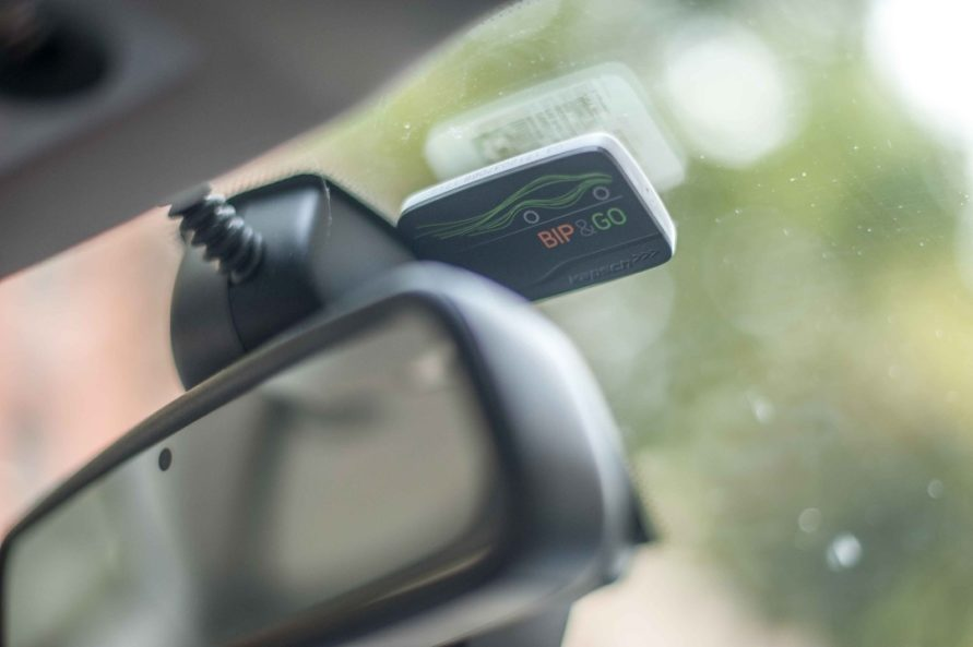 Anbringung des BIP&GO Badges an der Windschutzscheibe neben dem Rückspiegel