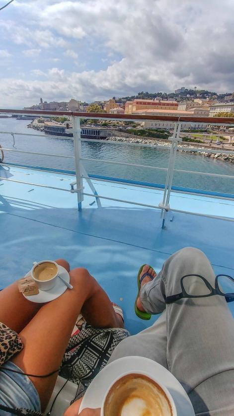Blog Betreiber MYSMALLHOUSE mit einem Cafe auf den Knien bei der Verschiffung in Bastia