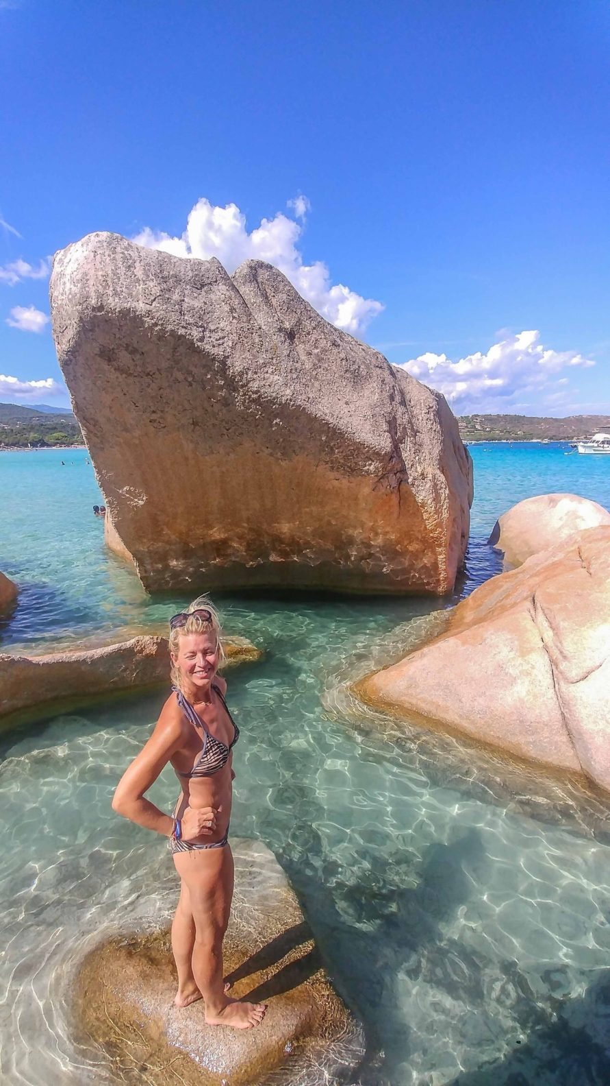 Blog Betreiber MYSMALLHOUSE auf einem Felsen im Wasser am Strand von Santa Giulia