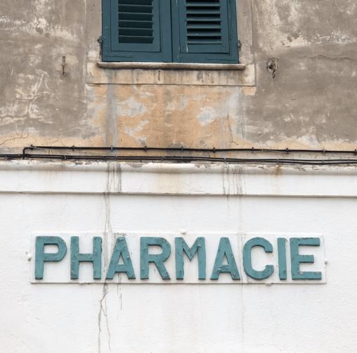 alter Pharmacie Schriftzug an einem alten Gebäude auf Korsika