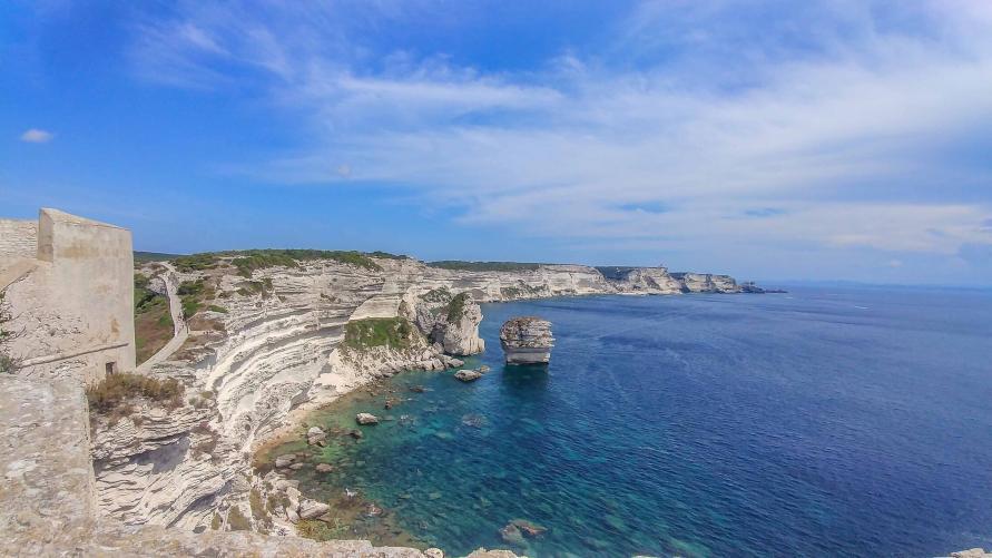 weisse Klippen von Bonifacio mit Blick auf das Meer von der Stadt
