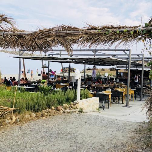 Starnd Restaurant Bar auf Korsika mit Strohdach