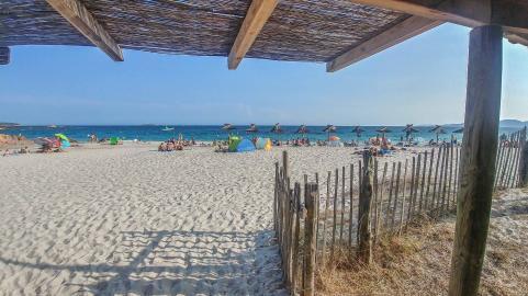 Blick aus einem Strandrestauraunt auf den Strand und das Meer auf Korsika