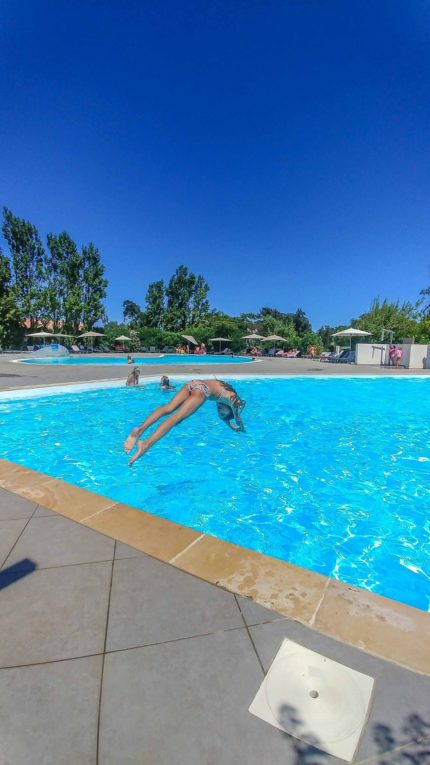Kind macht Köpper in den den pool vom Campingplatz Le Campoloro auf Korsika
