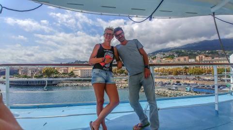 Blog Betreiber MYSMALLHOUSE vor der Reling bei der Verschiffung in Bastia