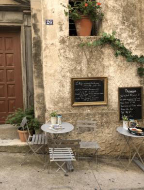 Cafe mit kleinem Tisch und Stul in einer Seitengasse in Bonifacio auf Korsika