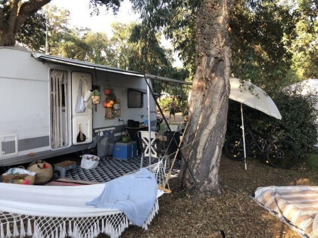 Wohnwagen Stellplatz mit Hängematte und ausgefahrener Makise auf dem Campingplatz Le Campoloro auf Korsika