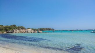 türkis Wasser mit Steinen im Wasser am Strand von Santa Giulia auf Korsika