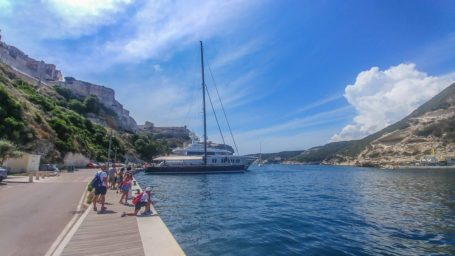 Hafen und Peer von Bonifacio mit großen Booten vor Anker