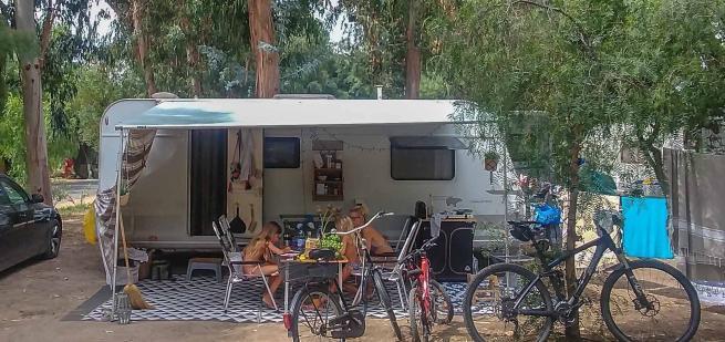 Wohnwagen mit Sackmarkise aufgebaut auf einem Stellplatz auf dem Campingplatz Arinella Bianca auf Korsika