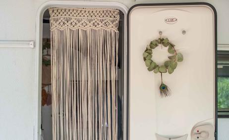 Makramee Vorhang in Wohnwagen Tür dekoriert Boho Chic Interieur