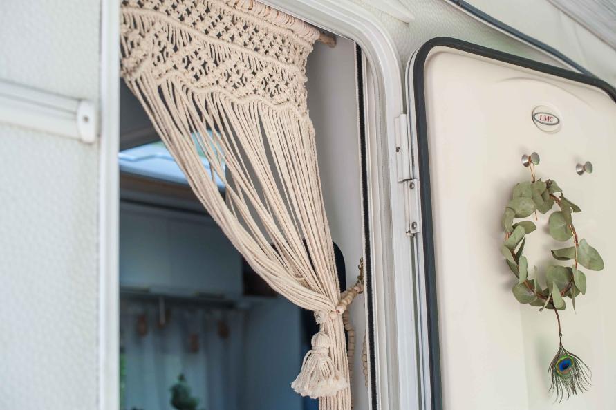 Makramee Vorhang in Wohnwagen Tür dekoriert auf Treibholz Stock - Nahaufnahme Boho Chic Interieur