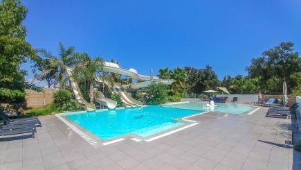 Wasserrutschen im poolbereich vom Campingplatz Le Campoloro auf Korsika