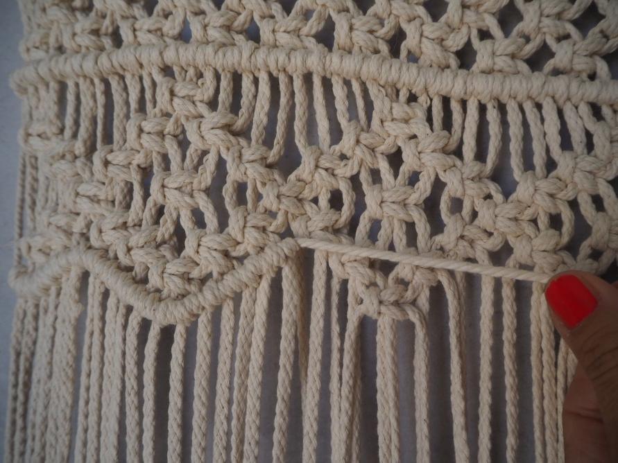 DIY Tutorial zum Knüpfen eines Makramee Vorhangs für den Wohnwagen - Nahaufnahme Boho Chic Interieur