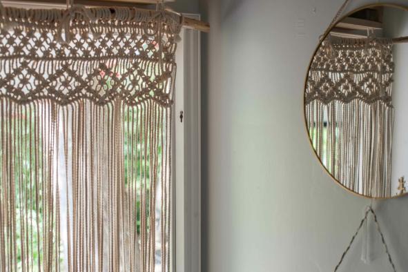 Makramee Vorhang in der Tür mit Spiegel Boho Style