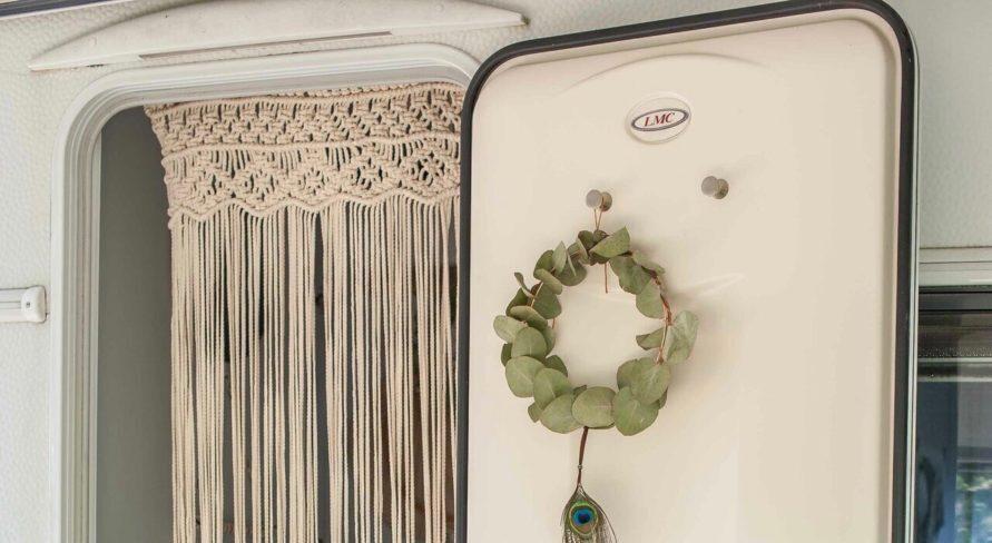 Makramee Vorhang in Wohnwagen Tür dekoriert auf Treibholz Stock - Boho Chic Interieur