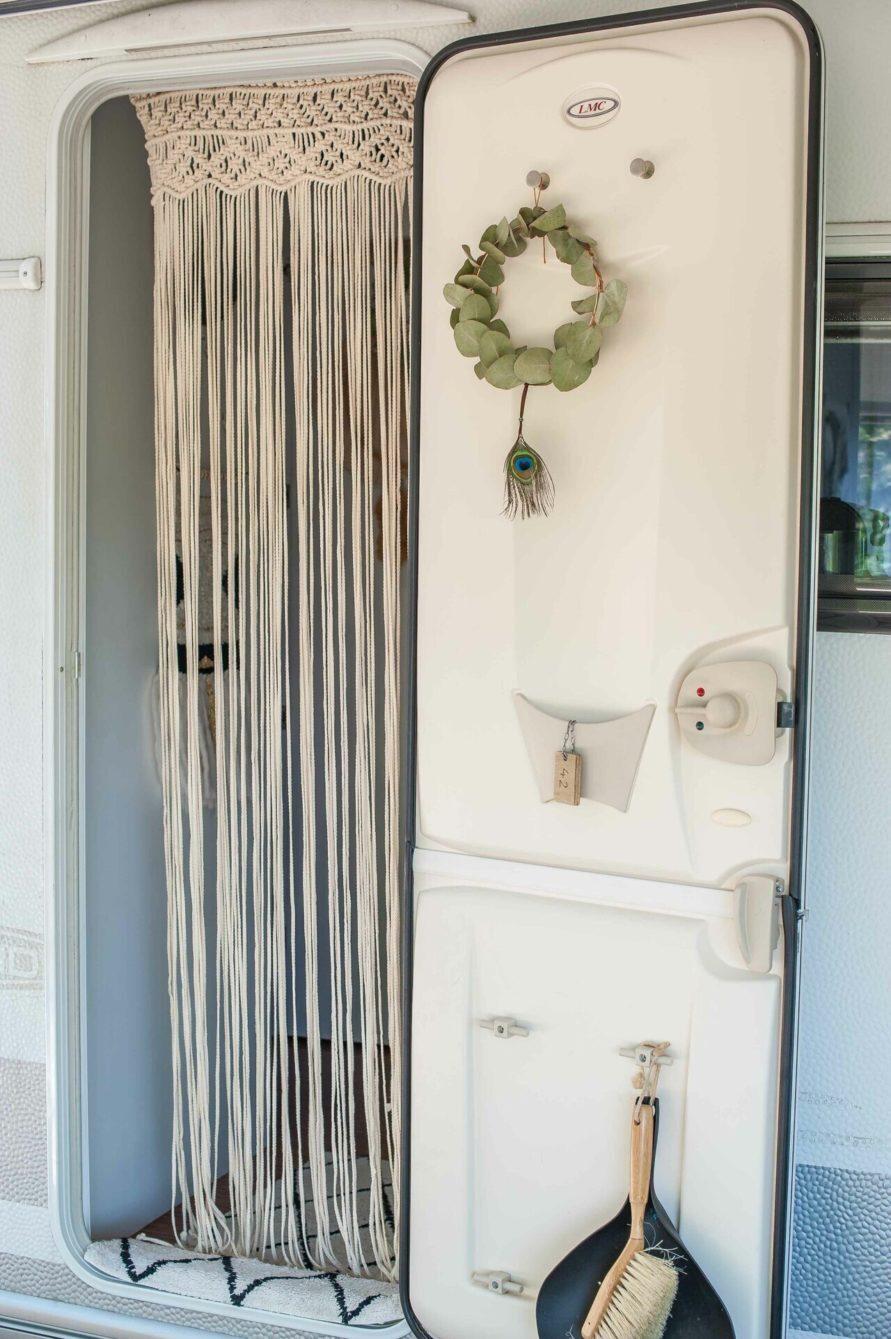 Makramee Vorhang in der Tür mit diversen Deko Gegenständen