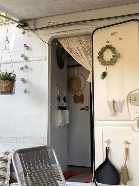 Makramee Vorhang in Wohnwagen Tür dekoriert unter Markise - Boho Chic Interieur