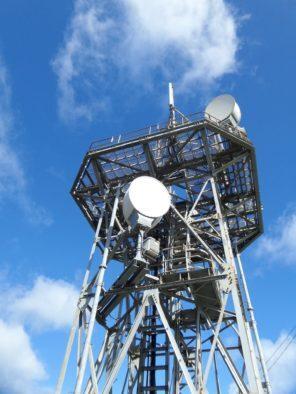LTE Sendemast mit Spiegeln und Reflektoren